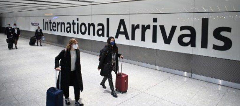 Des passagers portants des masques pour se protéger du Covid-19 à leur arrivée à l'aéroport de Heathrow à Londres, le 15 janvier 2021.
