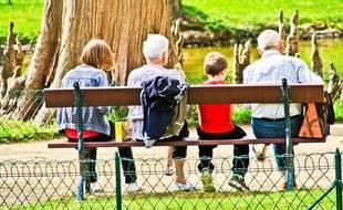 Des grands-parents avec leurs petits-enfants.