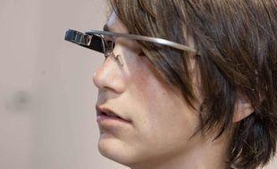 Une femme porte des Google Glass, le 11 juillet 2013.