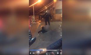 Des policiers ont frappé un homme à terre en Seine-Saint-Denis le 26 mai 2017.