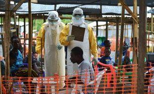 Des médecins de MSF dans une unité de soins pour les malades de Ebola à Kailahun, le 15 aout 2014 en Sierra Leone