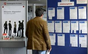 Le chômage a continué sa décrue en avril en Allemagne, le taux brut reculant à 7% de la population active, tandis qu'il stagnait en valeurs corrigées des variations saisonnières, selon des chiffres publiés mercredi.