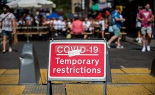 Un panneau signalant des restrictions temporaires liées au Covid-19, à Londres, le 12 juin.
