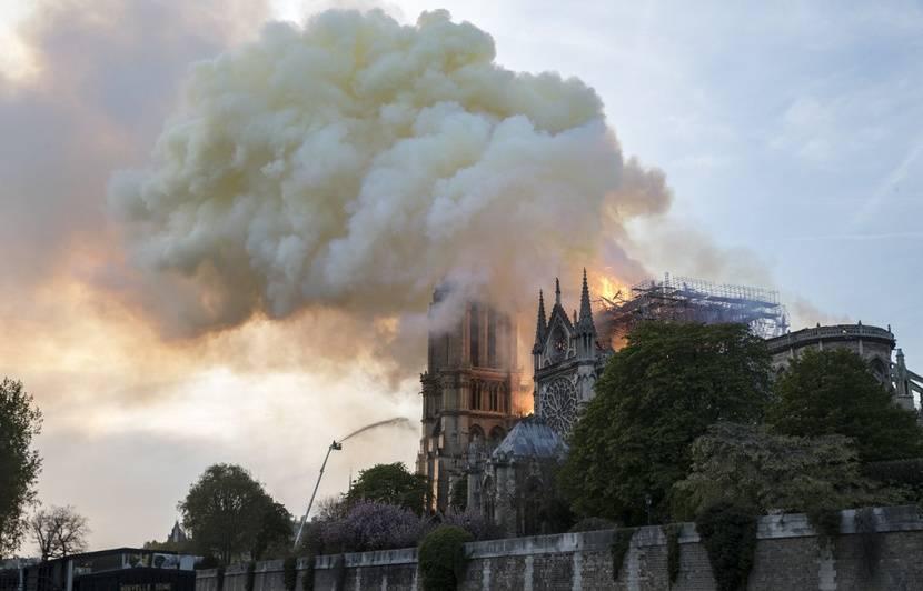 Incendie à Notre-Dame de Paris: Disparition des rosaces, origine du feu, silhouette sur le toit... Attention aux intox