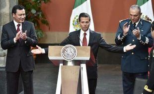 Le président mexicain Enrique Pena Nieto (c) avec le ministre de la Défense, Salvador Cienfuegos Zepeda (d), et le ministre de l'Intérieur, Miguel Angel Osorio Chong (g), à Mexico le 8 janvier 2016