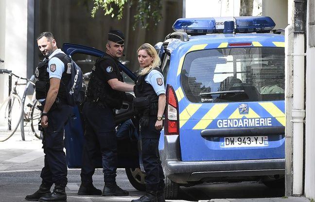 Dijon (Côte d'or), le 20 juin 2017. Des gendarmes escortent Marcel Jacob, le grand-oncle de Grégory, à sa sortie de la cour d'appel.