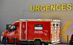 Un camion de pompier devant un service d'urgences (image d'illustration).