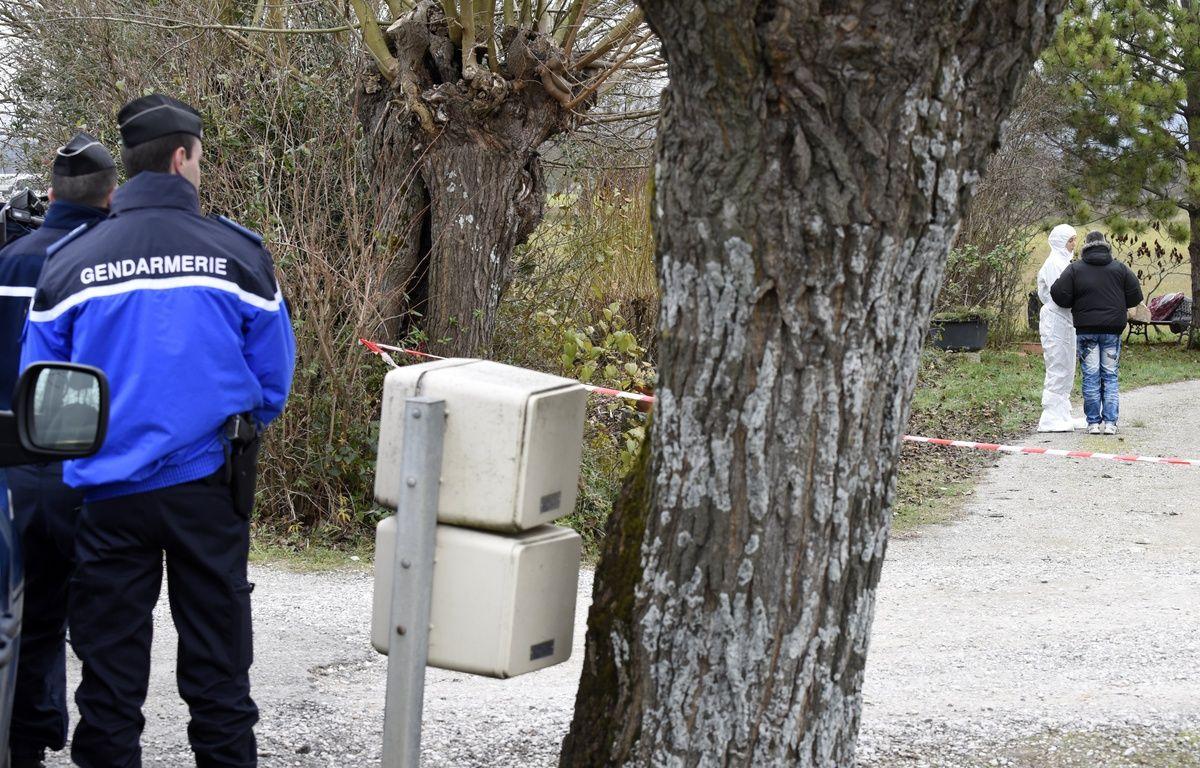 Les gendarmes à Chabeuil (Drôme), où une octogénaire a été poignardée par le suspect du quadruple meurtre. – JEAN-PHILIPPE KSIAZEK / AFP
