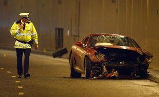 La police anglaise inspecte la voiture du footballeur portugais de Manchester United, Cristiano Ronaldo, victime d'un accident de la route au volant de sa Ferrari le 8 janvier