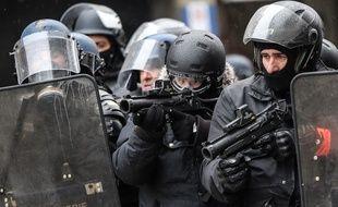 Des policiers lors de l'acte 10 des