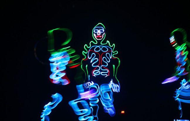 Le Néon Dance Show, un ballet lumineux présenté par huit danseurs ukrainiens, fait partie du nouveau spectacle du cirque Arlette Gruss.