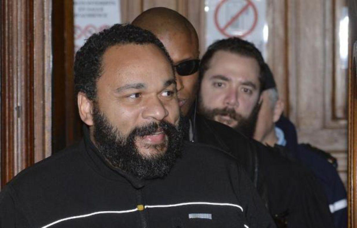 Le polémiste Dieudonné quitte le tribunal correctionnel de Paris le 4 février 2015 – Miguel Medina AFP