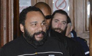 Le polémiste Dieudonné quitte le tribunal correctionnel de Paris le 4 février 2015