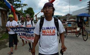 Naderev Sano, représentant philippin aux discussions de l'ONU sur le climat, marche dans Basey Town, le 7 novembre 2014