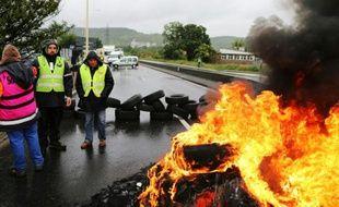 Des personnes bloquent une route à Saint-Etienne-du-Rouvray, près de Rouen, le 31 mai 2016