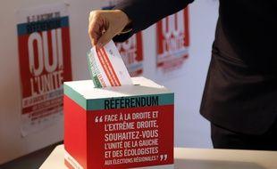 Une homme vote, le 16 octobre, lors du référendum sur l'unité de la gauche et des écologistes en vue des élections régionales, organisé par le PS.