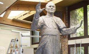 L'artiste Elisabeth Cibot au côté de l'imposante statue de Jean Paul II.