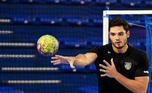 Florent Manaudou pendant son premier entraînement complet de handball à Aix-en-Provence.