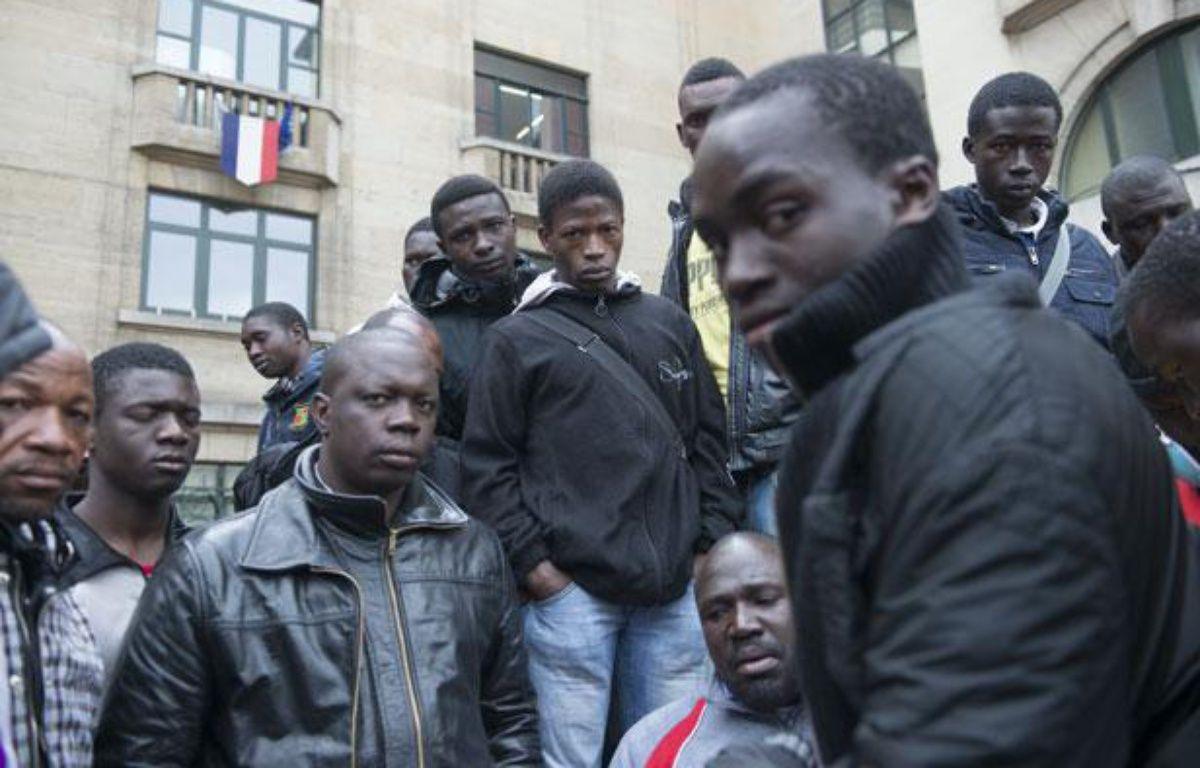 Montreuil, le 6 mai 2013. Regroupés devant la mairie de Montreuil, des migrants Maliens expulsés de leur squat attendent de trouver une solution pour passer la nuit. – P. M.TALBOT / 20 MINUTES
