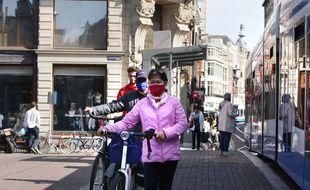 Des habitants d'Amsterdam masqué, le 17 septembre 2020.