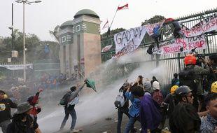 Des manifestants devant les grille du Parlement à Jakarta, le 24 septembre 2019.