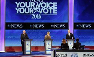 Hillary Clinton (C), Bernie Sanders (G), et Martin O'Malley, lors du troisième débat démocrate pour la présidentielle 2017, le 19 décembre 2015.