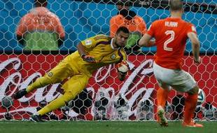 Le Néerlandais Ron Vlaar rate son tir au but lors du match entre les Pays-Bas et l'Argentine le 9 juillet 2014.