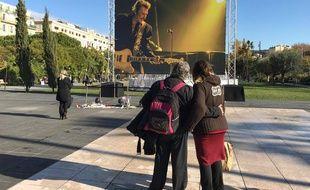 Des fans de Johnny Halliday se recueillent, jeudi à Nice.