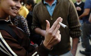 Des étudiants israëliens fument du cannabis lors d'un concours en mars 2010.