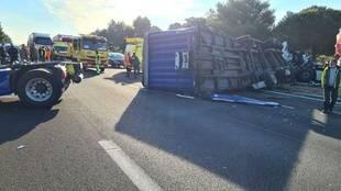 Le camion a traversé le terre-plein central
