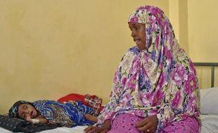 Baarlin Hassan Nuur veille sur son fils Zakaria âgé de 7 mois qui souffre de malnutrition, dans un centre de soins à Mogadiscio le 25 mars 2015
