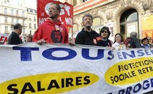 """A Marseille, de 3.000 (police) à 20.000 personnes (organisateurs) ont manifesté dans la matinée. """"La seule façon de moraliser le capitalisme c'est d'y mettre fin"""", indiquait une banderole."""