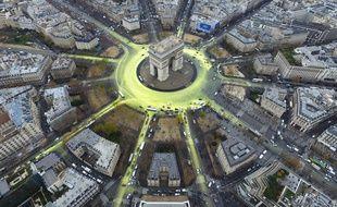 Greenpeace a repeint la place de l'Etoile à Paris, le 10 décembre 2015