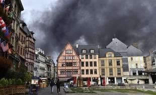 La fumée de l'incendie, qui s'est déclaré dans la nuit de mercredi à jeudi, dans l'usine chimique Lubrizol a envahi la ville de Rouen.