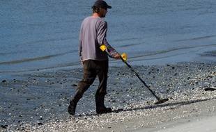 Une homme utilise un détecteur de métal à Whangarei, en Nouvelle-Zélande (Illustration).