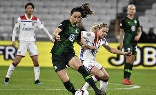 Ici à la lutte avec Sara Bjork Gunnarsdottir, Eugénie Le Sommer a bien lancé ce choc contre Wolfsburg en ouvrant le score mercredi. JEFF PACHOUD