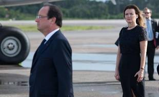 François Hollande et Valérie Trierweiler à l'aéroport de Cayenne, en Guyane, le 13 décembre 2013.