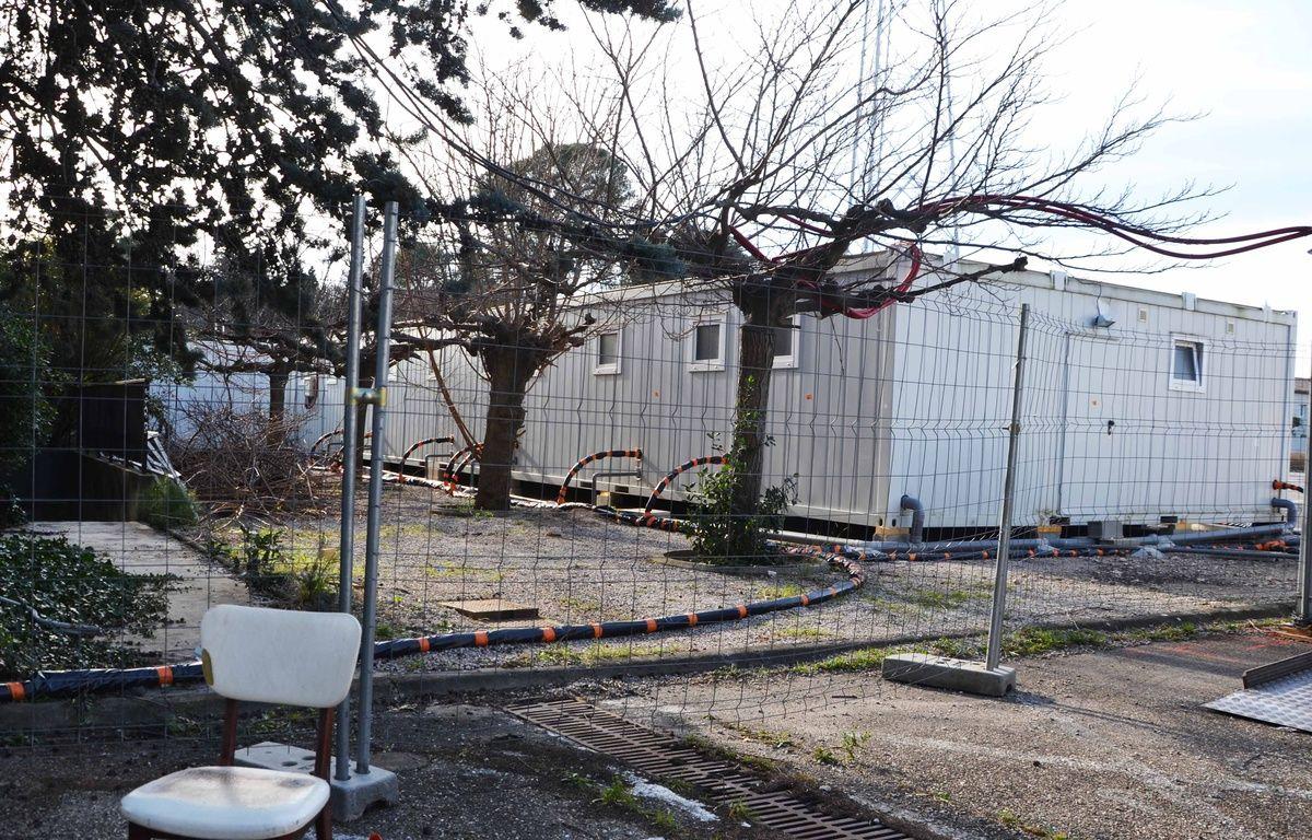 Les migrants sont logés dans des préfabriqués. – N. Bonzom / Maxele Presse