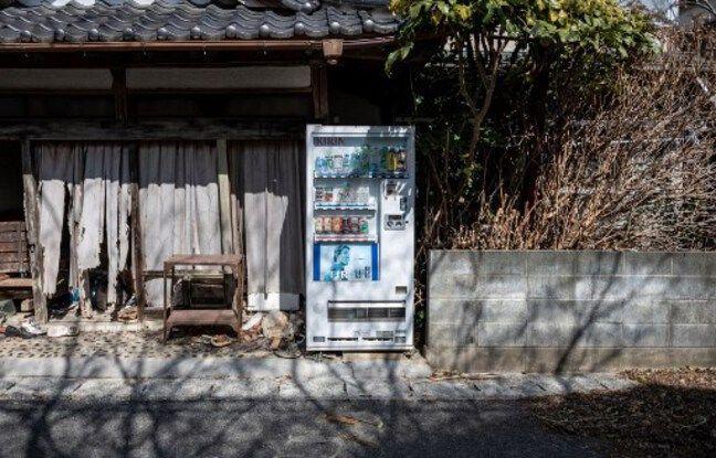 Un magasin et son distributeur de sucreries abandonnés à Okuma, dans la préfecture de Fukushima, le 27 février dernier.