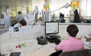 Des salariés d'Ebay travaillent à Paris, le 1er juillet 2008.