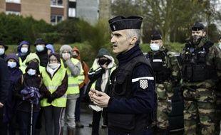 Le colonel Sébastien Jaudon s'adresse à la population avant une opération de recherche sur la commune de Montfort-sur-Meu près de Rennes, où Magali Blandin a disparu.