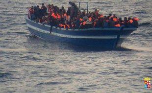 Un bateau de migrants secouru le 17 mars 2014 au large de Lampedusa par la Marine italienne.