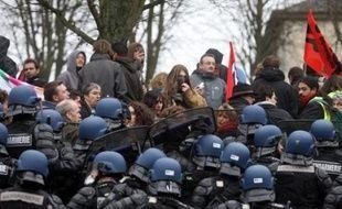 """Comme son préfet, le directeur de la police du département de la Manche a été muté après une manifestation hostile au président français Nicolas Sarkozy à Saint-Lô le 12 janvier, une décision qualifiée de """"fait du prince"""" jusque dans son camp."""