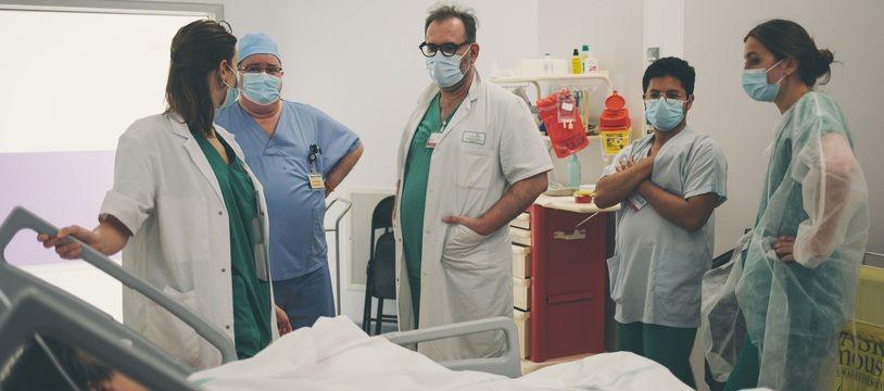 Un bloc opératoire à l'hôpital Delafontaine à Saint-Denis.
