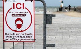 Un panneau indiquant l'obligation du port du masque sur le front de mer à Calais. (archives)
