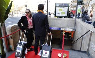 Des militants d'Oxfam ont organisé lundi 27 mars 2017 un happening à la station de RER Luxembourg. Une méthode humoristique pour dénoncer l'optimisation fiscale pratiquée par les banques dans le Grand Duché.