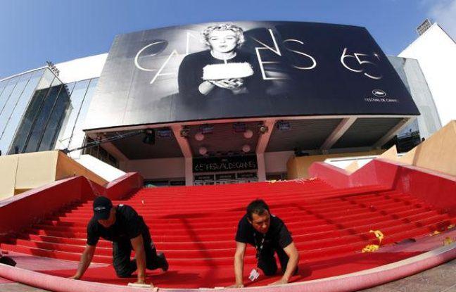 Installation du tapis rouge pour le coup d'envoi du 65e festival de Cannes, le 16 mai 2012.