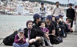 Des familles de migrants dans le port de Mytilène, sur l'île grecque de Lesbos, le 18 juin 2015