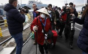 Une passagère du Diamond Princess retrouve la terre ferme au Japon après 14 jours de quarantaine, le 19 février 2020.