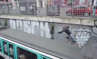 Mister Puma au moment de s'élancer sur le toit d'une métro à Paris, en juillet 20014.